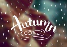 Dirigez le fond brouillé de paysage d'automne avec l'automne des textes de typographie Affiche de lettrage de main Photographie stock