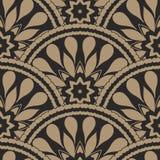 Dirigez le fond onduleux géométrique sans couture abstrait des plumes et des bannières fleuries en forme d'hélice noires d'or ave Photo libre de droits