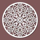 Dirigez le mandala rond de dentelle d'ornement de pochoir avec à jour découpé Photo libre de droits