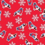 Dirigez le modèle sans couture avec des bouvreuils sur un fond rouge avec des flocons de neige illustration libre de droits