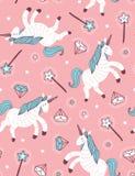 Dirigez le modèle sans couture avec la licorne, la baguette magique magique et le cristal sur le fond rose illustration libre de droits