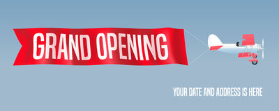 Dirigez le rétro biplan avec la bannière onduleuse de la publicité pour l'ouverture officielle Photographie stock