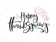 Dirigez le texte heureux de salutation de thanksgiving de lettrage de main avec le tarte, les feuilles et les points de griffonna illustration de vecteur