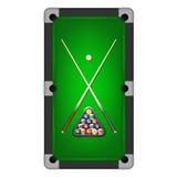 Dirigez les boules de billards, la triangle et deux queues sur une table de billard Photographie stock libre de droits