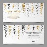 Dirigez les cartes avec de l'argent, or, serpentine de noir, le ruban, confettis de la poussière sur le fond blanc Image libre de droits
