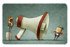 Dirigez les cris à l'homme d'affaires par un grand mégaphone Images stock