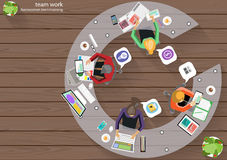 Dirigez les idées de séance de réflexion de coin de dessus de lieu de travail d'affaires pour une tâche, ordinateur d'admission d Images stock