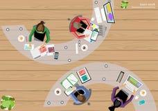 Dirigez les idées de séance de réflexion de coin de dessus de lieu de travail d'affaires pour une tâche, ordinateur d'admission d Photos stock