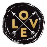 Dirigez les lettres aiment dans la couleur d'or avec des flèches sur la tache tirée par la main noire pour le jour de valentines  Photo libre de droits