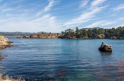 Dirigez Lobos la Californie regardant de nouveau à Monterey au-dessus de petite baie image libre de droits