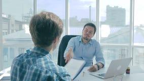 Dirigez nie le rapport rédigé par l'employé, humilie et lui donne des réprimandes banque de vidéos
