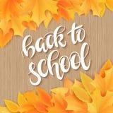 Dirigez tiré par la main de nouveau au lettrage d'école avec le label réaliste de feuilles et de salutations d'érable sur le fond illustration stock