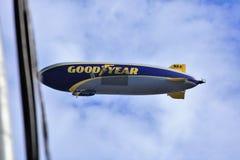 Dirigible no rígido de Goodyear sobre Hollywood Fotos de archivo libres de regalías