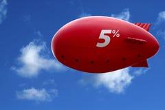 Dirigible rojo en cielo azul Imagen de archivo
