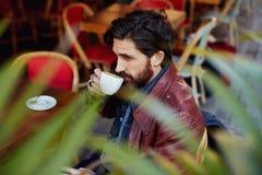 Dirigido bebiendo té durante una rotura entre la película Fotos de archivo libres de regalías