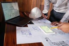 Dirigiendo, consultando, dise?o, construcci?n, con los colegas, dise?o de plan, los detalles, el dibujo industrial y muchas herra fotos de archivo