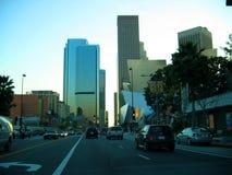 Dirigindo na cidade através de Walt Disney Concert Hall, Los Angeles, Califórnia imagem de stock