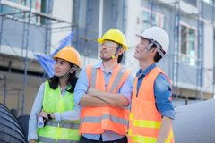 Dirigir el trabajo del equipo en la construcci?n imagenes de archivo