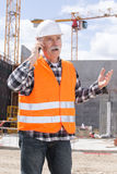 Dirija al constructor en el emplazamiento de la obra que habla en el teléfono Fotos de archivo