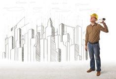 Dirija al hombre con el dibujo de la ciudad del edificio en fondo Imagen de archivo libre de regalías