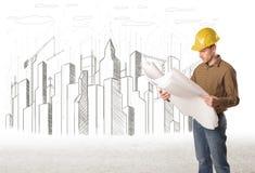 Dirija al hombre con el dibujo de la ciudad del edificio en fondo Imágenes de archivo libres de regalías