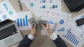 Dirija a contagem de cédulas do dólar no local de trabalho, corrupção, negócio rentável video estoque