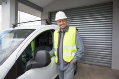 Dirija el constructor en el emplazamiento de la obra, cerca de su coche Fotografía de archivo libre de regalías