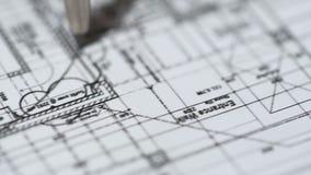 Dirija el plan detallado de dibujo del edificio en la oficina de la construcción, arquitectura almacen de metraje de vídeo