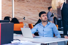 Dirija el regaño de un empleado vergonzoso en el trabajo en una oficina Imagenes de archivo
