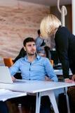 Dirija el regaño de un empleado vergonzoso en el trabajo en una oficina Fotos de archivo
