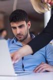 Dirija el regaño de un empleado vergonzoso en el trabajo en una oficina Foto de archivo