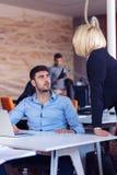 Dirija el regaño de un empleado vergonzoso en el trabajo en una oficina Imagen de archivo