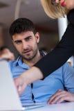 Dirija el regaño de un empleado vergonzoso en el trabajo en una oficina Fotografía de archivo
