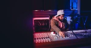 Dirija el trabajo en el escritorio de mezcla sano en el estudio de grabación Foto de archivo