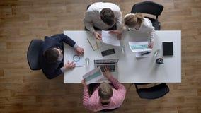 Dirija entrar e dar o original a todos, topshot, equipe do negócio que realiza a reunião no escritório moderno, sala de reuniões vídeos de arquivo