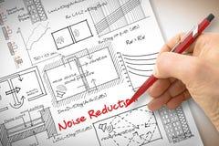 Dirija las fórmulas de la escritura sobre la reducción del nivel de ruidos en edificios - c fotos de archivo