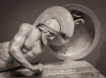 Dirija na escultura antiga grega do capacete do guerreiro imagens de stock royalty free