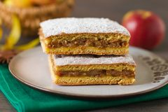 Dirija o bolo de maçã cozido na tabela rústica do outono Fotografia de Stock Royalty Free