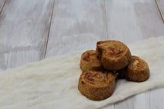 Dirija o cozimento Massa folhada saboroso do açúcar friável caseiro com forma redonda de doce de cereja no guardanapo branco Fund fotografia de stock