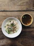 Dirija o macarronete feito da galinha com sopa na madeira da tabela Imagens de Stock