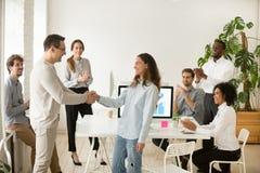 Dirija promover al empleado, contratando al interno que felicita con las manos imagenes de archivo