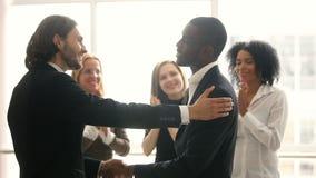 Dirija promover al empleado de sexo masculino afroamericano rewarding, felicitando sacudiendo las manos almacen de metraje de vídeo