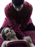 Dirija a silhueta da terapia da massagem Fotografia de Stock Royalty Free