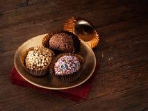 Dirija trufas de chocolate feitas, doces, confeitos Havia imagens de stock royalty free