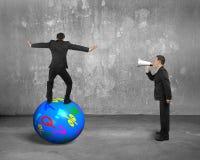 Dirija usando o orador que grita no homem de negócios que equilibra na bola ilustração stock