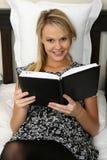 Diário louro lindo da leitura da menina Imagem de Stock Royalty Free