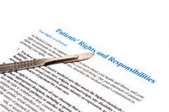 Diritti e documento pazienti isolati di dichiarazione di responsabilità su bianco Fotografia Stock Libera da Diritti