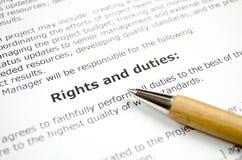 Diritto e il dovere con la penna di legno fotografia stock libera da diritti