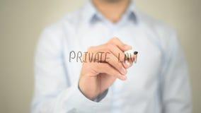 Diritto privato, scrittura dell'uomo sullo schermo trasparente Fotografia Stock Libera da Diritti