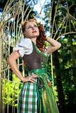 Dirndl красивой девушки нося в саде Стоковые Фото